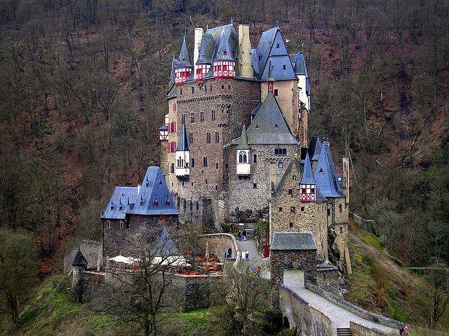 Ubicado en las colinas del río Mosela, sobre un espolón de roca a 70 metros sobre el río, lo curioso es que el castillo Eltz continúa en manos de una rama de la misma familia que vivía allí en el siglo XII, con 33 generaciones de por medio. Algunas partes del Castillo de Eltz están abiertas al público.