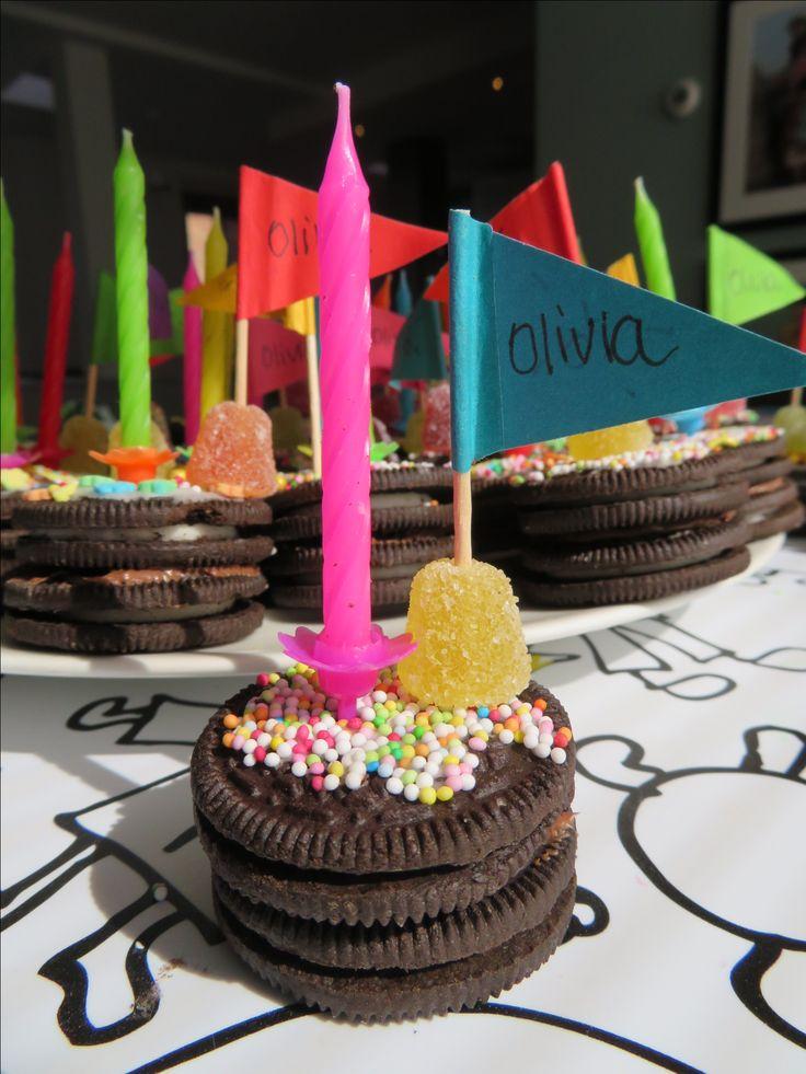 Trakteren mini taartje van Oreo. 2 Oreo koekjes op elkaar, beetje chocopasta zodat de koekje plakken, glazuur voor de bovenkant versier met snoepjes steek er een vlaggetje en/kaarsje in! Makkelijk en eenvoudig. Feestje om uit te delen ❤️