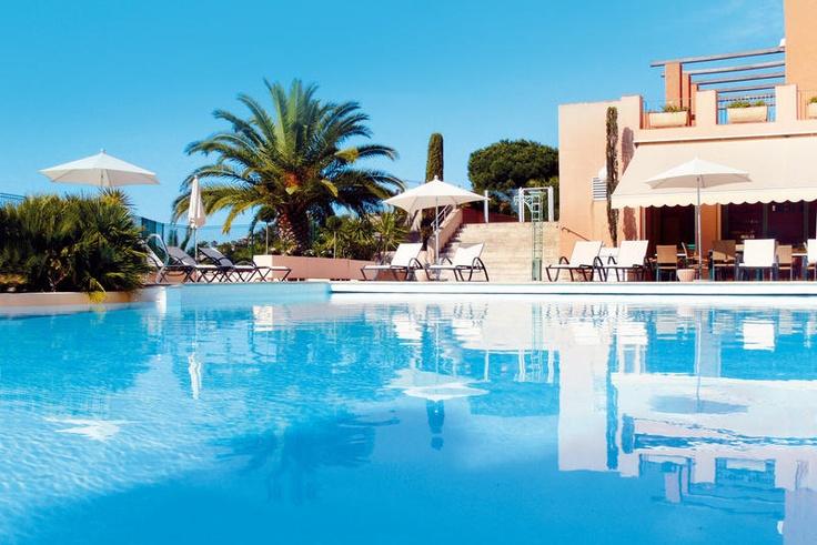 Als ergens het groene gras en de blauwe zee mooi samengaan dan is het hier, bij hotel Amarante Golf Plaza. Rustig gelegen in de heuvels, direct naast het 18-holes golfterrein, biedt dit luxueus viersterrenhotel een panoramisch zicht op de baai van Saint-Tropez. Zuid-Europa-liefhebbers zullen zich direct thuis voelen in dit comfortabele hotel dat in Provençaalse stijl is opgetrokken. De zonnige stranden en het levendige Sainte-Maxime met zijn casino liggen op 4 km. Officiële categorie ****