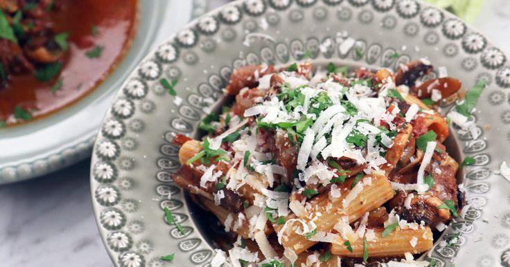 Mustig höstgryta med högrev, tomat och svamp. Serveras med nykokt pasta och riven parmesan.