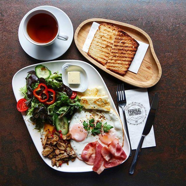 ℹKahvaltı Tabağında; iki göz yumurta, hellim peyniri, pastırma, tereyağı, domates, biber, mantar ve maskolin salata mevcut. 💯Dekorasyon olarak bence burası çevredeki sayılı, hatta en iyi kafelerden.Her köşesi ayrı güzellikte👌 Bunu çok net söyleyebilirim👍 💰Kahvaltı Tabağı : 24 TL Demlik Earl Grey : 9 TL  Good norning from @federalgalata Aussie breakfast with early grey tea😍 💰 Aussie Breakfast : 24 TL Teapot Earl Grey Tea : 9 TL #federalcoffee #federalgalata #aussie#gezmelerdeyim