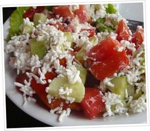 Šopska Salata een recept uit Macedonië: Tomaten, komkommer, uien en feta. Simpel maar lekker!