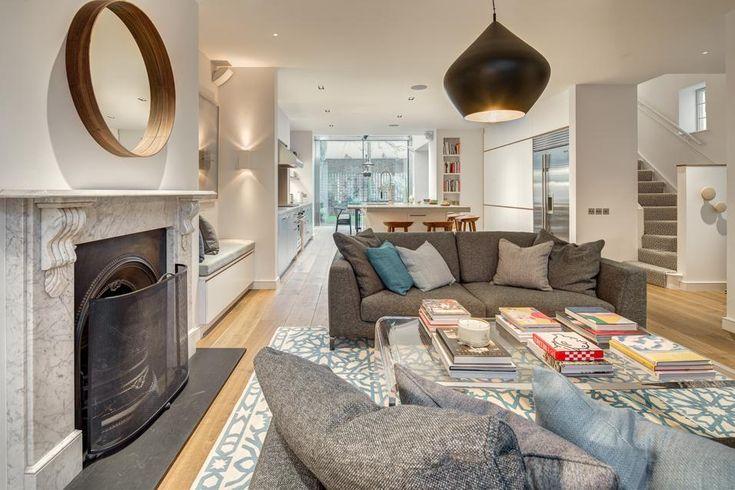 Classico britannico. Gli architetti hanno prestato particolare attenzione alle aree comuni. Il living e il dining sono riuniti in un unico spazio che si sviluppa longitudinalmente. Sulla destra, la scala che porta ai piani superiori.