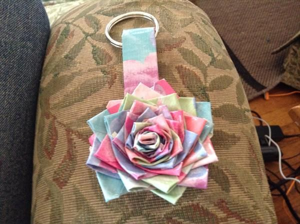 DIY Duct Tape Flower Keychain | 101 Duct Tape Crafts Please follow us @ http://www.pinterest.com/ducktapesale/