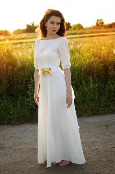 Svatební šaty s rukávy     přední lodičkový výstřih a hluboký V výstřih na zádech  3/4 rukáv, nebo dlouhý rukáv  dlouhá splývavá sukně  typ výstřihu, délka rukávů, nebo délka sukně je volitelná