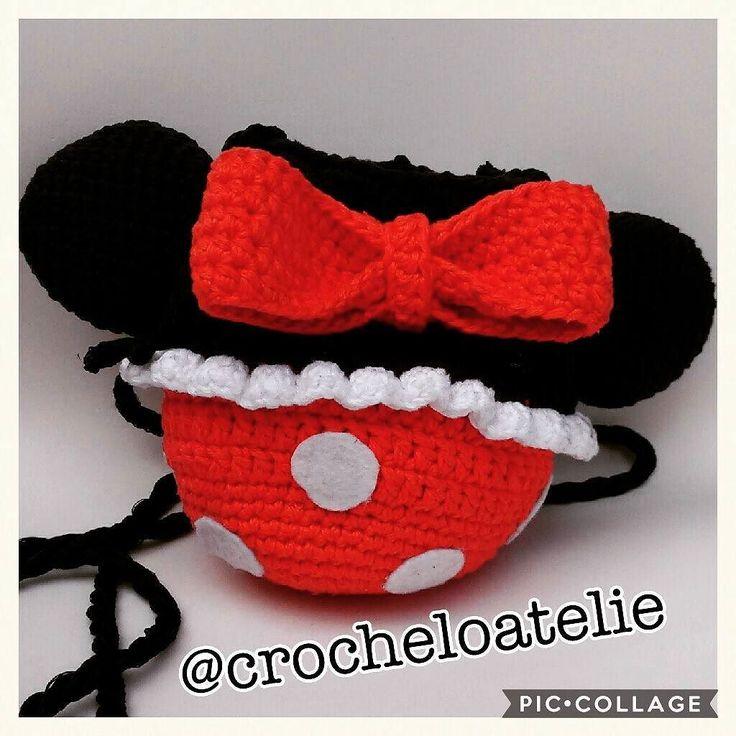 Bolsa inspirada na Minnie Mouse. Feita com muito amor em cada ponto para uma lindinha cheia de estilo. Quer fazer essa crocheteira feliz? Encomende uma pra você! Mal posso esperar para começar a próxima! #amomuito . . #crochet #crochetlover #crochetbag #minnie #disney #artesanato #feitoamão #handmade #bag #kidsbag #meninice #bolsinha