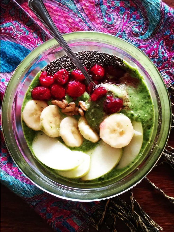 Wegańskie zielone smoothie bowl.