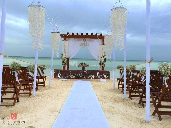 pasillo nupcial,pergola ambientada con cortinaje blanco y candil en la isla Holbox, wedding destination #lovememories