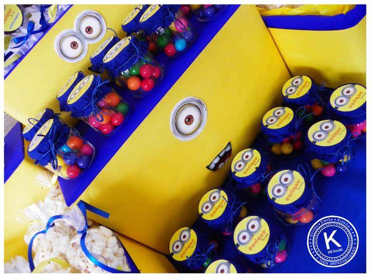 Mesa de dulces | candy bar | cumpleaños | minions | dulces | salado | fiesta | amarillo | azul | chicles | www.beKUUKI.com