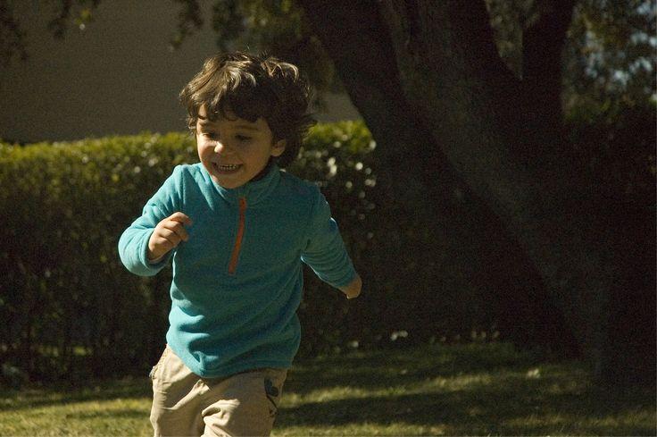 Jugando al fútbol con papá, en semisombra. Me encanta la cara de felicidad que tiene.  F4.5 1/8000