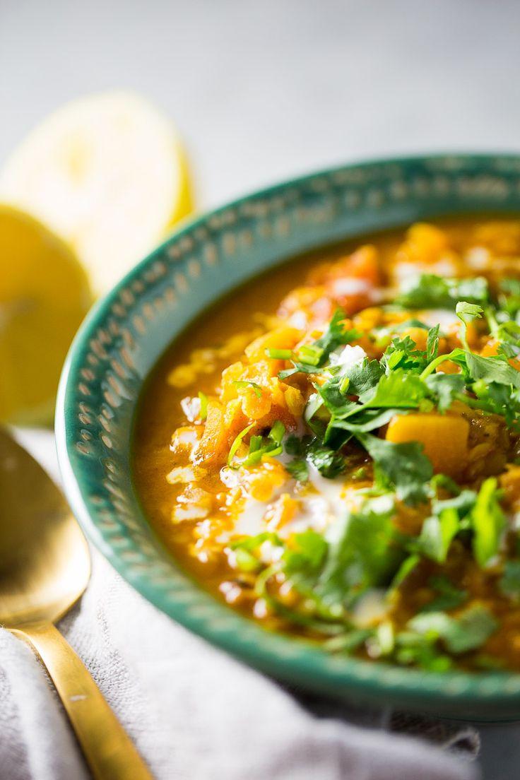 Esta sopa de lentejas rojas con curry, tomate, leche de coco y calabaza naranja es perfecta para congelar, cocinar en el momento o despues.