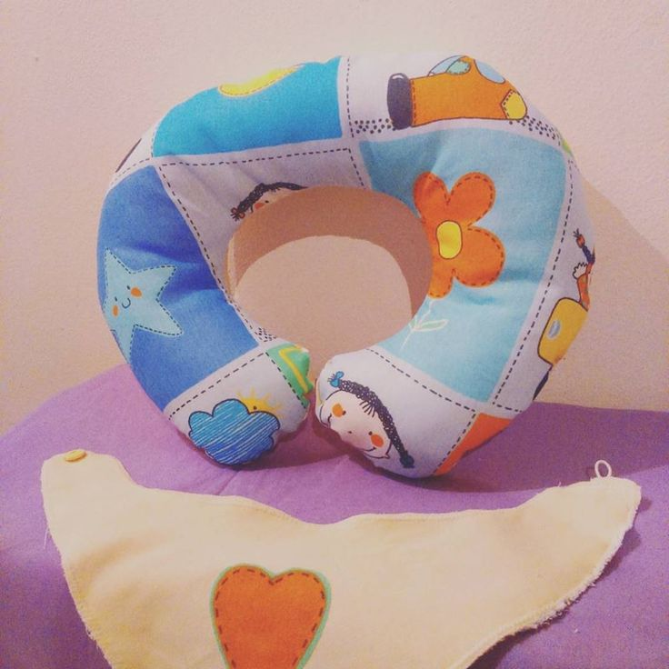 Conjunto almohada bebe (apoyo y amamantar)  con babero bandana y bolsa de tela haciendo juego! Facebook: @amyentretelas /// Instagram: @deco_amy