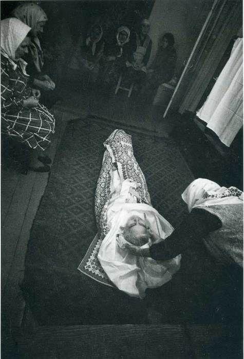 Облачение усопшего и подготовка к положению его тела в гроб. СССР, 1970-е годы.
