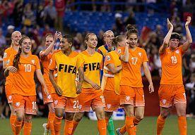 17-Jun-2015 10:08 - ORANJE LEEUWINNEN TREFFEN NU DUITSLAND OF JAPAN. De volgende horde op het WK is voor de Oranje-vrouwen een loodzware. Als nummer drie in Groep A treffen ze nu Duitsland of Japan.