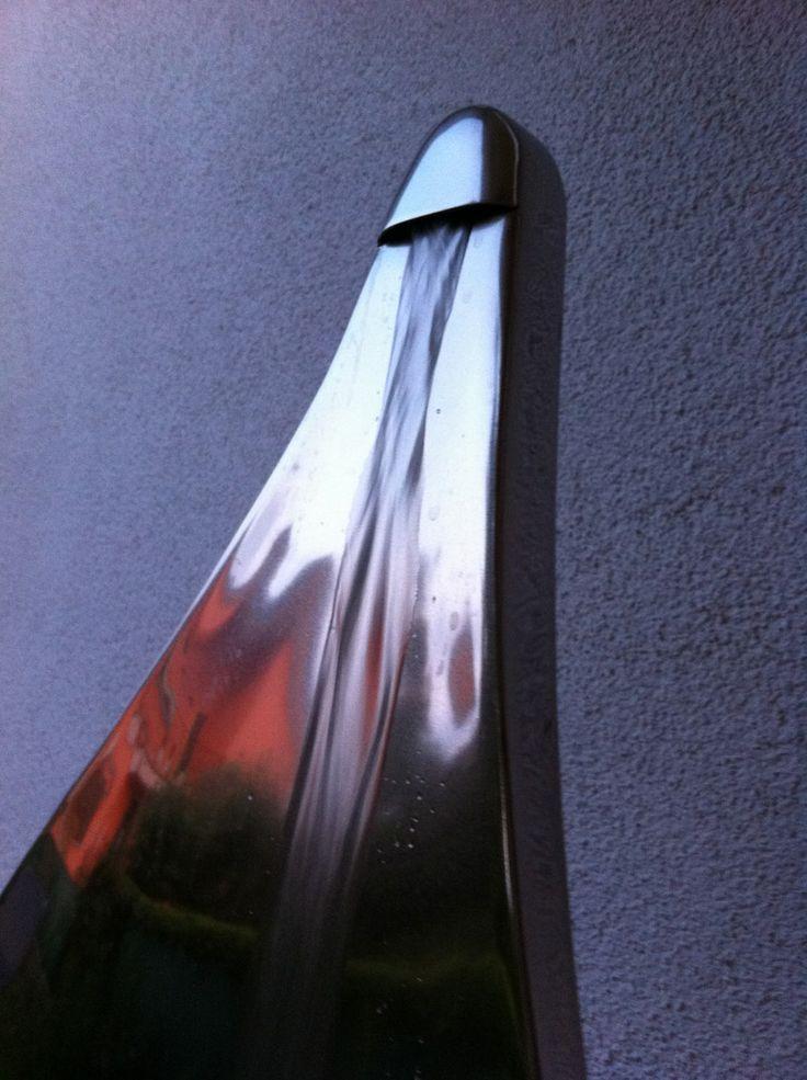 """WOMAN"" Fontana artistica in acciaio inox finitura sabbiata-lucida con vernice protettiva trasparente - vaso in Azul Macaubas pietra metamorfica tipica del Brasile."