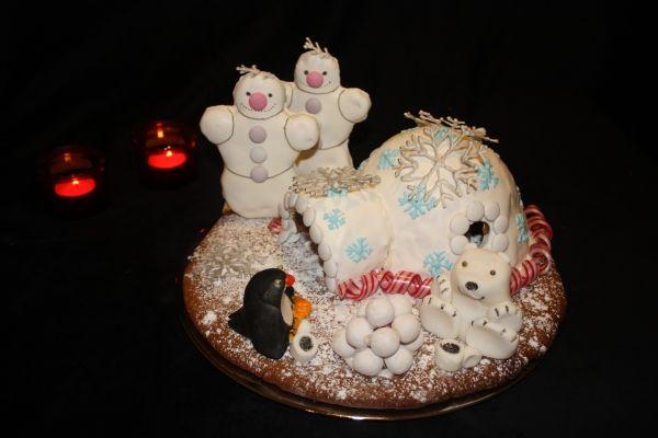 *Jäätikön ystävysten kaakaohetki* Hieman erilainen piparkakkuasunto täksi vuodeksi: Pipari-iglu on sokerikuorrutteinen ja koristeena siinä on lumihiutaleita, ranskanpastilleja ja Polka-karamelleja. Lumiukot ovat piparista, jäänalle ja pingviini sokerista. Sisällä iglussa välkehtii led-tuikku :) - by Laura -- Piparkakkutalo, Joulu, Gingerbread house, Christmas