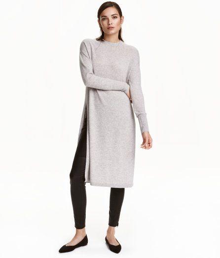 Check this out! PREMIUM QUALITY. Een lange, fijngebreide trui van kasjmier met verlaagde schoudernaden, een brede boord onder aan de mouwen en een hoge split aan de zijkanten. – Ga naar hm.com om meer te bekijken.