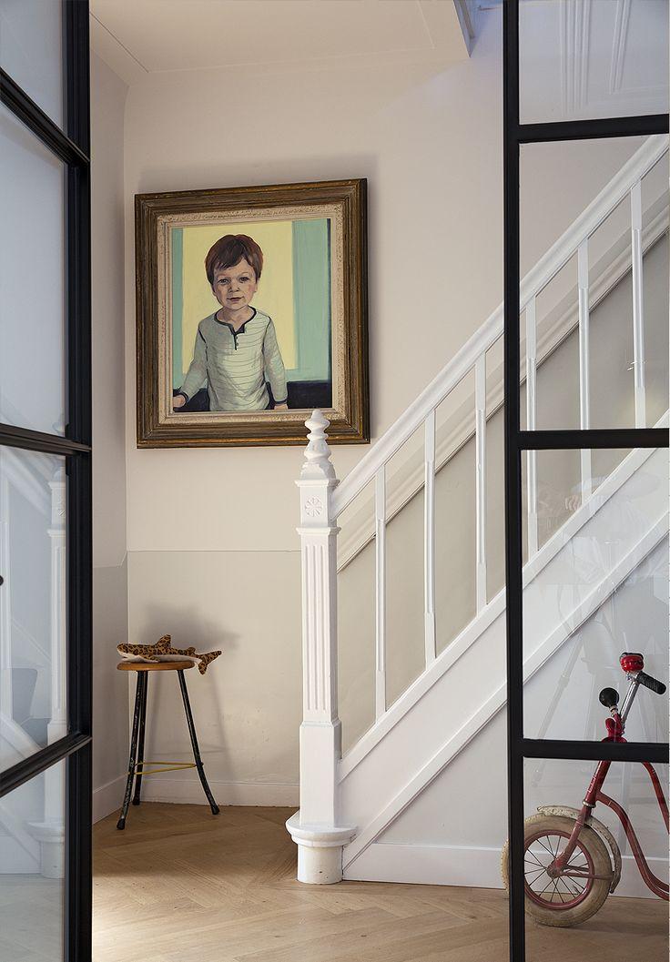 Deze originele trap kreeg een facelift tijdens de verbouwing. De klassieke trap in combinatie met de strakke zwarte stalen deurkozijnen zorgen voor een warm beeld. Ontwerp door BNLA architecten.