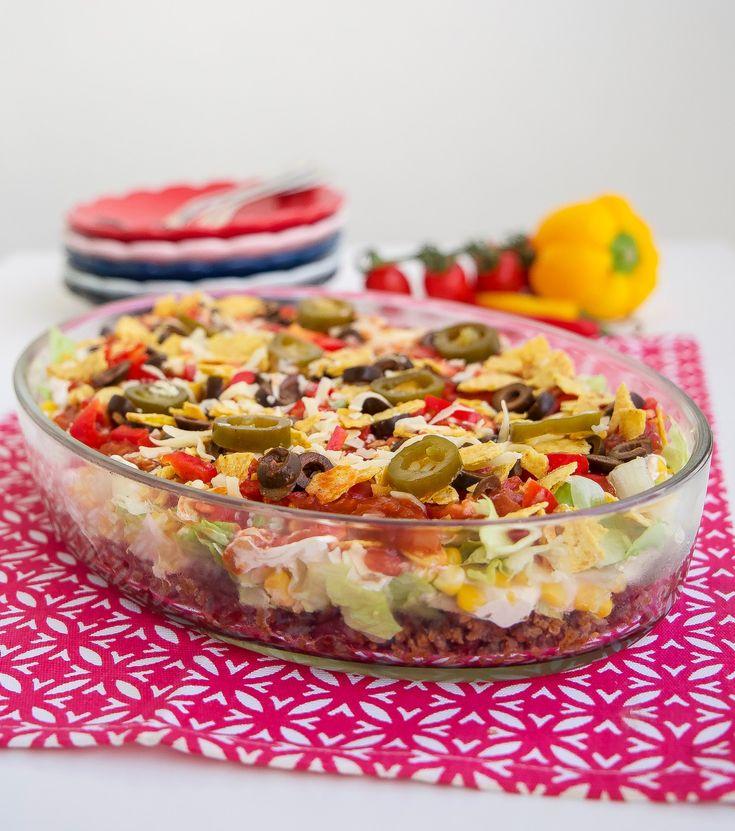 God tacosallad som du kan förbereda flera timmar innan servering. Lika god att servera till fredagsmyset som till vardags eller fest. 4 stora portioner eller 6 mindre 500 g färs (kött- eller veggiefärs) 400 g kokta kindeybönor 2-3 msk tacokrydda- recept finns HÄR! eller 1 påse tacokrydda 400 g majskorn 2 paprikor (1 röd och 1 grön) 1/2 isbergsalladshuvud 1 dl urkärnade oliver 1 dl jalapenos 150 g riven ost 300 g tacosås (tex santa marias tacosås på burk) Dressing: 1 dl majonnäs 3 dl grä...
