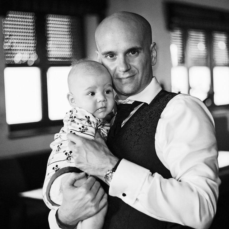 Svatba v Praze, ženich a bejby :-) černobílá fotografie Wedding, groom, bw photo