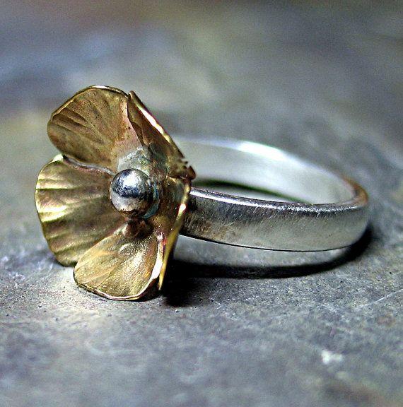 Un dulce pequeño ranúnculo, mano aserrado, textura y forma de perchas de latón en un satén acabado plata banda. Nota: Puesto que este anillo es