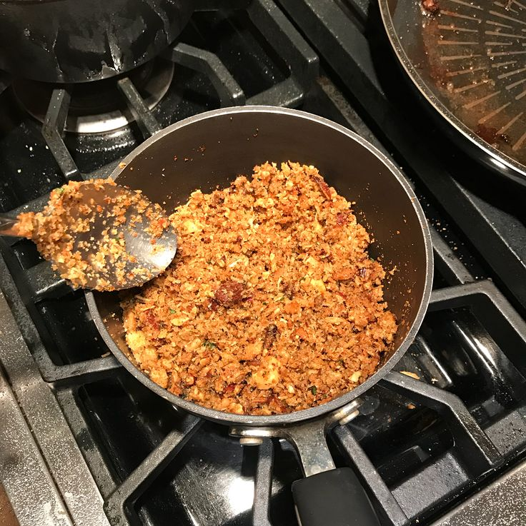 Sobre o resto do jantar de sexta-feira: teve spaghetti de abobrinha com molho pesto, burrata e farofa de castanhas. Estávamos tão concentrados em comer, que esquecemos de tirar foto do prato pronto 😞. Masss, tenho o passo a passo, olha só: . . 👉 Spaghetti de abobrinha 🍝: com esse ralador (cortador), cortei as abobrinhas em forma de spaghetti. Uma abobrinha rende uma porção para uma pessoa, aproximadamente;  👉 Molho pesto 🌿: azeite, limão, alho, castanha de caju, pimenta do reino e…