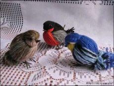 Как сделать красивую птичку из ниток.How to make a beautiful bird of thread