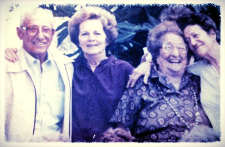 Papa, Mama, Abuela Constanza y mi madrina tia Maria. Detalle de foto de familia en Talanquera 1986.