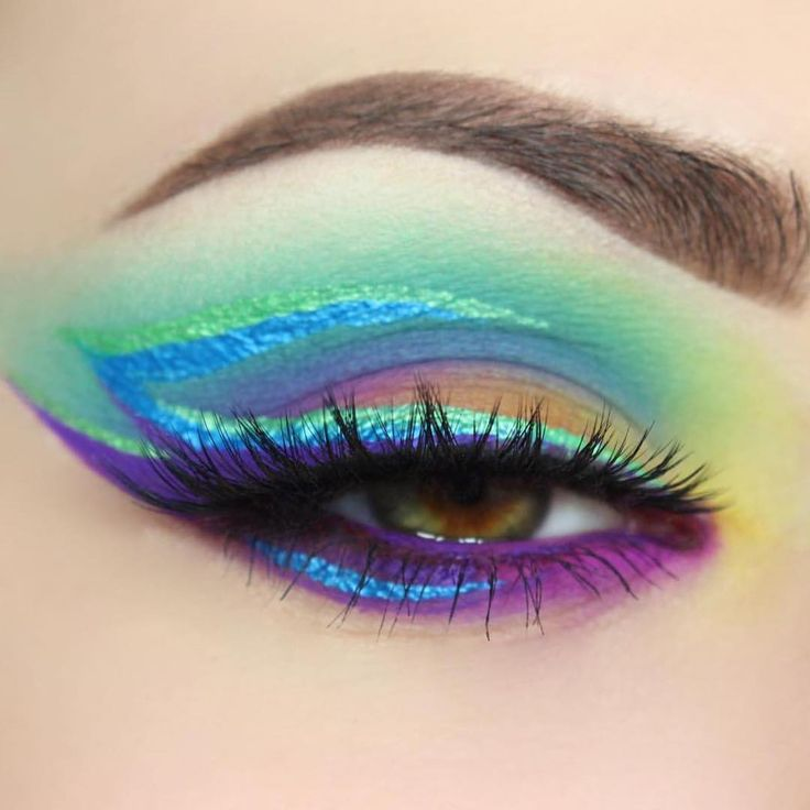 """""""@giuliannaa's CUPCAKES AND MONSTERS look!  Also using her HYDRA LINERS in Fantasy Eyeland (chrome green) and Blue Steel (Chrome blue)  8 Shade Palete with…"""""""