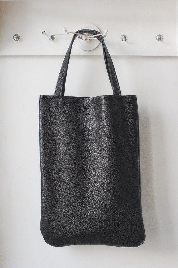 Cabas en cuir italien naturel noir.  Fait main à mon petit studio.  Simple grand sac de tous les jours. Aprox. Mensurations: W 40 cm x H 29 cm.