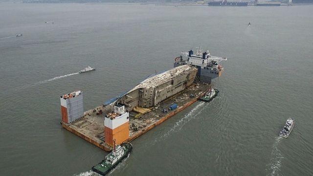 Le ferry Sewol touche enfin terre
