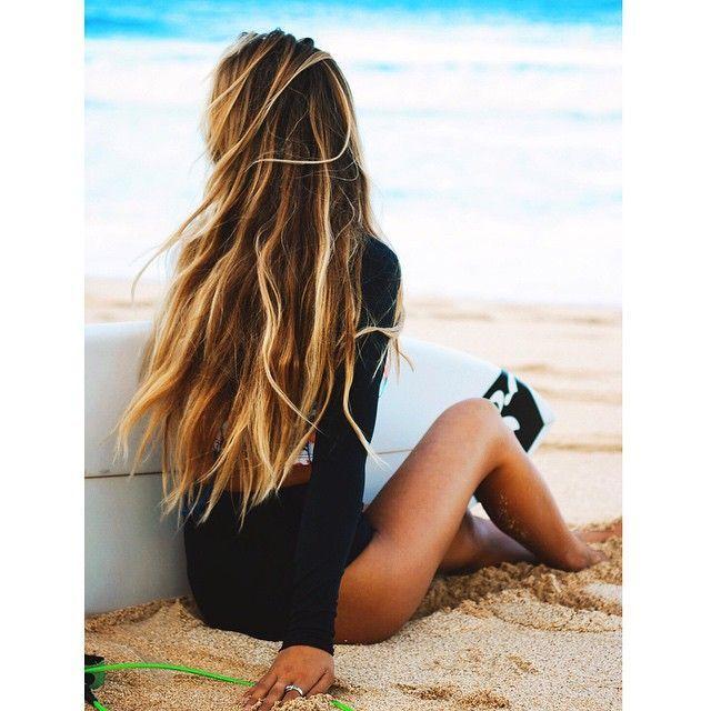 chica surfera sentada                                                       …