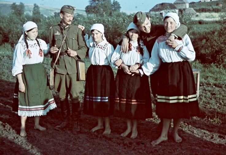 Венгерские военные корреспонденты с нарядно одетыми девушками оккупированного советского села