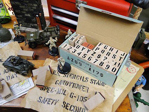 ステンシルスタンプ 元々は、下の画像のような紙の箱に入っていたんですが、 セリアの2マスの木箱があったので アイアンの取っ手を付けて見せる収納にしてみました(*´艸`*) + 文字がとっても可愛くて、簡単にステンシルが楽しめるので すっごくお気に入りです(///∇//)   U.S.ミリタリーステンシルスタンプ42Pセット文字サイズ(1.5cm/0.6インチ)★アメリカ雑貨★アメリカン雑貨★アメ雑貨★アメ雑