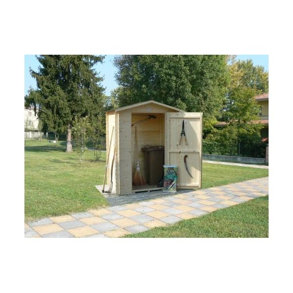 """CASETTA DA GIARDINO IN LEGNO MODELLO CORVARA  CODICE: HCS069-00  Casetta da giardino con tetto a 2 falde """"CORVARA"""" in legno di abete nordico.  Pareti di tipo blockhaus in perline di abete nordico spessore 14 mm.  Pavimento in kit di montaggio composto da compensato OSB spessore mm 9 chiodato su profili in abete massello sez. mm 28x28.  Tetto in compensato OSB spessore mm 9 fornito in kit di montaggio.  Impermeabilizzazione copertura con guaina velo vetro ardesia color grigio.  Cornici..."""