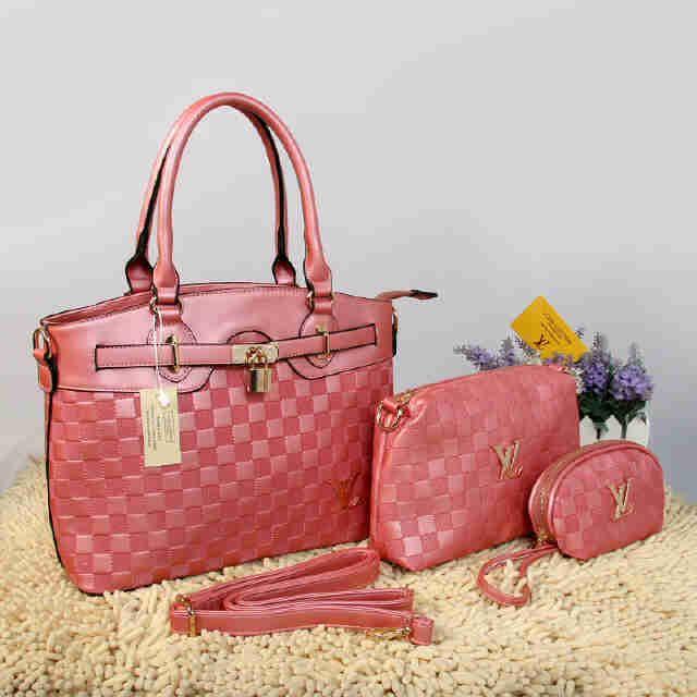 Tas Louis Vuitton Farisha  - Kode : 20150AH - Merk : LOUIS VUITTON - Qualty : Semi Premium - Bahan : Kulit - Warna : Babypink - Ukuran : 33x11x27 - Berat. : 1kg/pcs - Harga : Rp 330.000, - Kelengkapan : Dompet + Tali Panjang