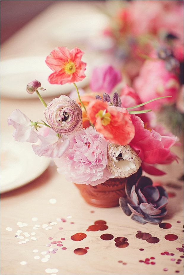 Gorgeous wedding cupcakes with fresh flowers