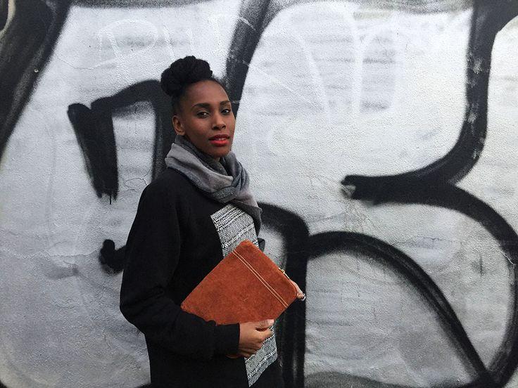 Se c'è una persona che sa parlare di tessuti e moda africani con cognizione di causa – non la moda africana che avete in mente voi – e anche di gestione e cura di capelli afro naturali 4C, ma in maniera seria, con risultati concreti, questa persona si chiama Judith. Donna di classe, portamento regale che ricorda le modelle degli anni '90, Judith è una romana-congolese che, dopo aver trascorso gli anni del liceo all'isituto francese Saint-Dominique di Roma e frequentato la facoltà di Scienze…