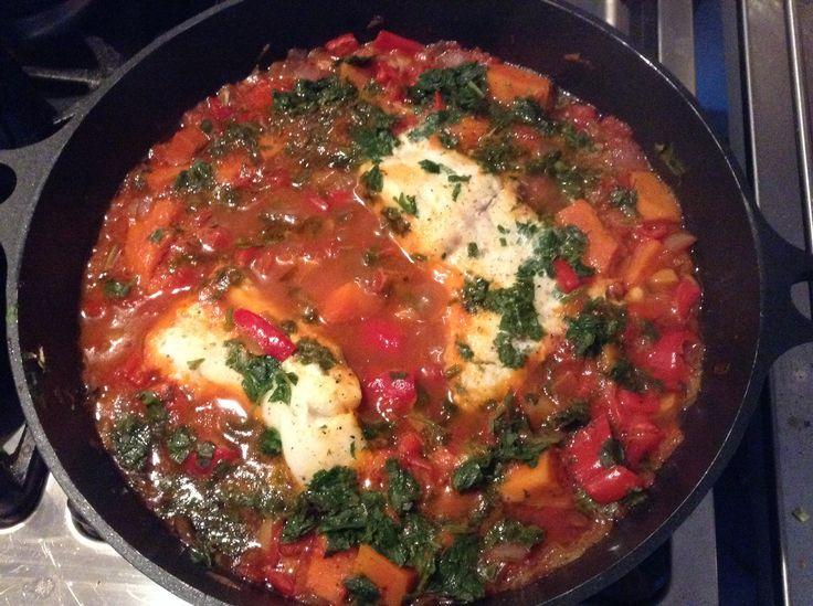 Vis Tajine Kabeljauw, visbouillonblokje, 2 rode ui, 3 knoflook, sap 1citroen+rasp, 2 paprika, blik tomatenblokjes, bosje koriander en platte peterselie, peper, zout, saffraan, paprikapoeder, komijn, gember, harissa. Ui en knoflook fruiten. Toevoegen: paprika en citroen. Blokjes tomaat en visbouillonblokje en kruiden. Vis erin leggen. 30 minuten stoven. Serveren met couscous.