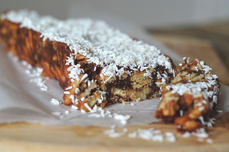 Dit taartje maak je met verse dadels, kokosrasp en koekjes, en hoeft niet de oven in. Het recept is afkomstig vande blog Soft Sunday. *Dadels zijn al behoorlijk zoet, maar om nog een meer karamel-achtige smaak aan je taartje te geven, kan je bij het smelten van de boter nog een eetlepel bruine basterdsuiker toevoegen. […]