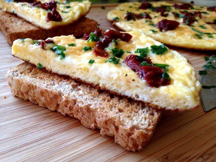 Když se žaludek hlásí o své a každá minuta je drahá, poslouží skvěle vaječná omeleta. A pěkně vylepšená o ricottu a sušená rajčata ...