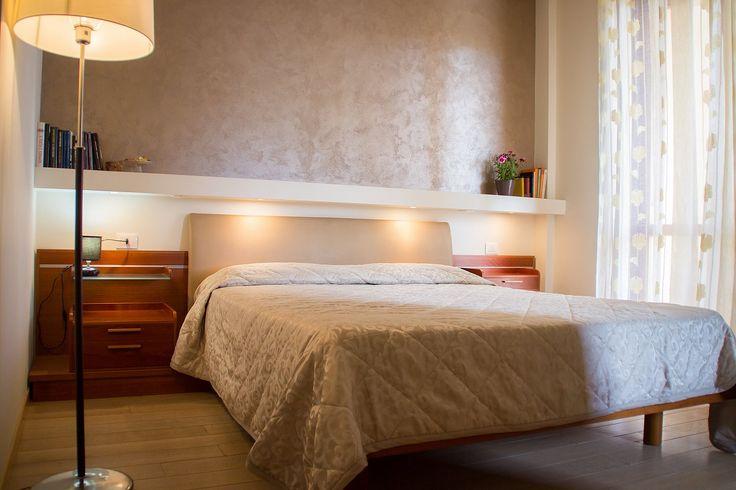 """Con le sue tonalità oro, la camera """"Cala Bramassa"""" renderà il vostro soggiorno piacevole e confortevole. Prenota subito al miglior prezzo!"""