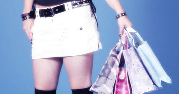 """O que as garotas adolescentes usavam nos anos 70?. A moda adolescente dos anos 1970 foi uma continuação do visual """"faça-você-mesmo"""" do final dos anos 1960. Os estilos das garotas eram dominados pelo visual disco a partir da metade década de 1970. As roupas mudaram de hippie extravagante para estilos influenciados por vestidos de festas disco, trajes noturnos e a moda das patricinhas. No final da ..."""