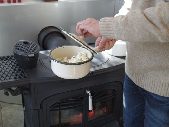 薪ストーブで「バター醤油ポップコーン」