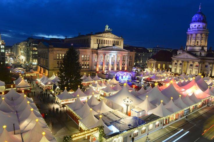 21. November: Heute eröffnen die ersten Weihnachtsmärkte. Hier erstrahlt der Weihnachtsmarkt auf dem Gendarmenmarkt .