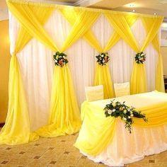 Decoração amarela com cortinas