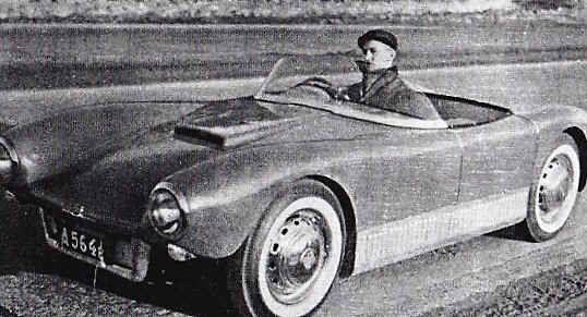 """Troligen var det här bilen som provkördes av Bengt O Allskog i Teknikens Värld nr 6-1957. """"En liten knallröd kärra som faktiskt gav mersmak... Den smäckra Sonetten vållade stor folksamling där den drog fram. Undra på det, förresten. Man måste hålla med om att linjerna är vackra när den kommer svepande på landsvägen."""" Bilen har sedan dess varit med om en omlackering, men är fortfarande """"knallröd""""."""