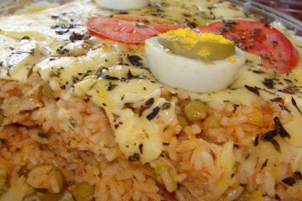 Arroz Feito no Forno com Presunto e Mussarela: Utilize o arroz que sobrou do almoço para fazer esse delicioso prato!