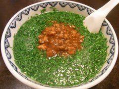 地下鉄千代田線根津駅近くに夏におすすめなスタミナラーメンが食べられるお店があります BIKAという中華料理店のニラそばなんですけどスープの表面を覆いつくすくらいに盛られたニラが特徴(笑) 澄んだスープにニラの風味が溶け出しており最後の1滴まで飲み干したくなる美味しさです BIKAはちょっと高級な中華料理店なんですがニラそばは税抜900円というリーズナブルな価格で楽しめますよ  #ラーメン #ランチ #根津 #中華 #東京 tags[東京都]