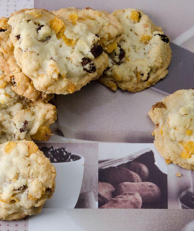 Τα μπισκότα (cookies) με σταφίδες και κορν φλέικς αποτελούν ένα γευστικό και ταυτόχρονα υγιεινό σνακ που θα σας συνοδεύει σε κάθε στιγμή της ημέρας. Ειδικά στο πρωινό! Εκτέλεση Χτυπάτε στο μίξερ (κατά προτίμηση με το φτερό) το βούτυρο με τη ζάχαρη, έως ότου αφρατέψουν. Προσθέτετε το αλεύρι και το γάλα. Μόλις ομογενοποιηθεί το μείγμα σταματάτε …